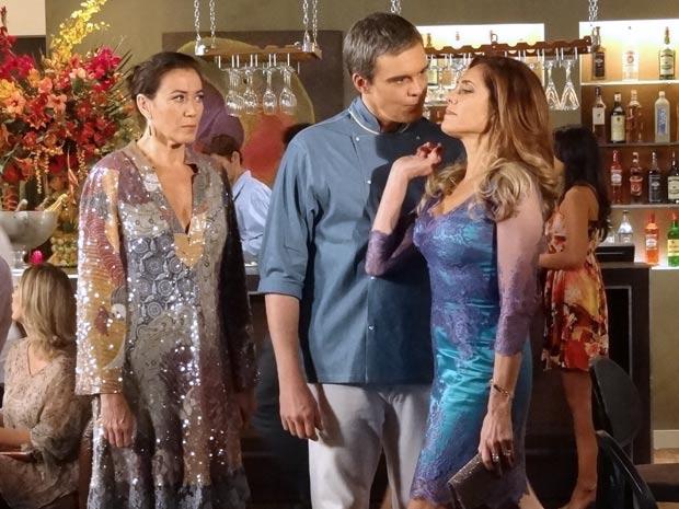 Tereza Cristina aparece de surpresa e é repreendida por René (Foto: Fina Estampa/TV Globo)