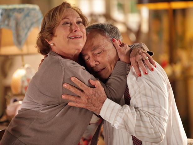Iná fica impactada ao descobrir que Laudelino está doente (Foto: A Vida da Gente/TV Globo)