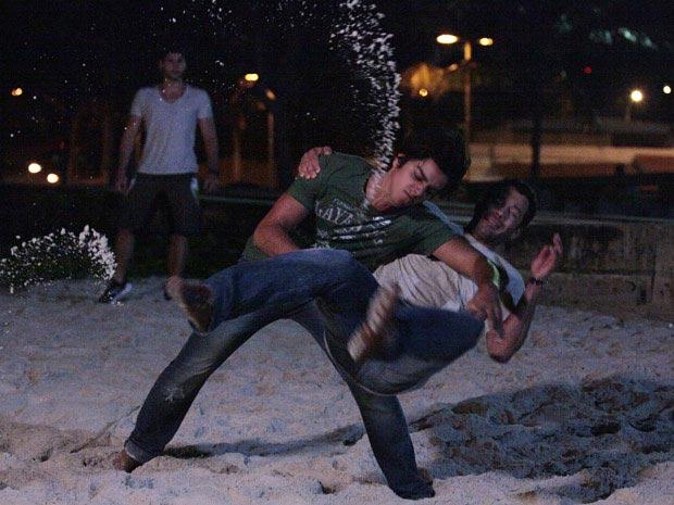 Leandro e Quinzé se enfrentam (Foto: Fina Estampa/ TV Globo)