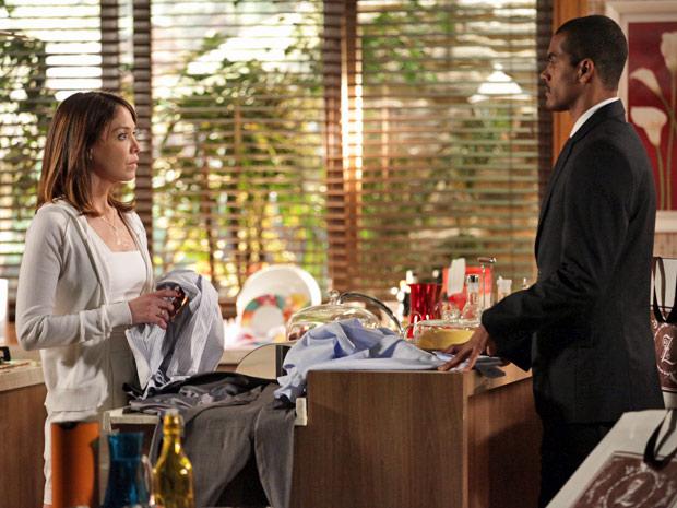 Lorena começa a ficar ressabiada com a relação de Cris e Matias (Foto: A Vida da Gente/TV Globo)