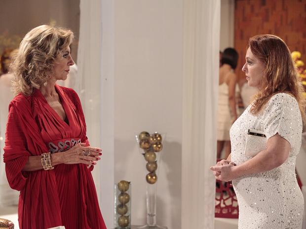 Olga conta para Maruschka que o terreno do Covil não pertence a Alberto (Foto: Aquele Beijo/TV Globo)