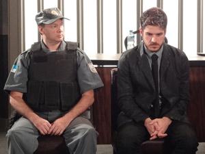 Rafa triste no julgamento (Foto: Fina Estampa/TV Globo)