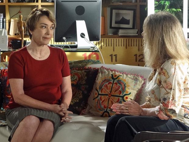 Regina diz para Lena que ela vai ocupar seu lugar na casa de Maruschka (Foto: Aquele Beijo/TV Globo)