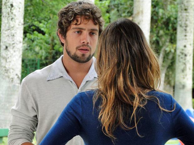 Os dois pensam em como ajudar Júlia (Foto: A Vida da Gente/TV Globo)