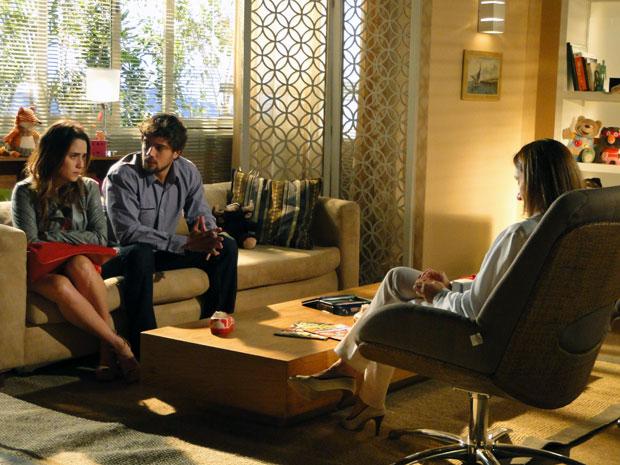 Ana e Rodrigo consultam psicóloga para saber como lidar com a filha (Foto: A Vida da Gente - Tv Globo)