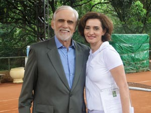 Vitória será o par romântico do ricaço (Foto: A Vida da Gente/TV Globo)