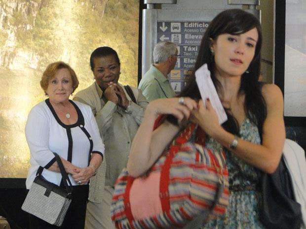 Manu contém a tristeza e viaja para Florianópolis (Foto: A Vida da Gente - Tv Globo)