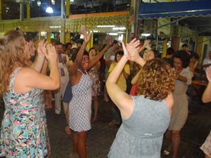 Elenco aplaude aniversariante (Foto: Aquele Beijo/TV Globo)