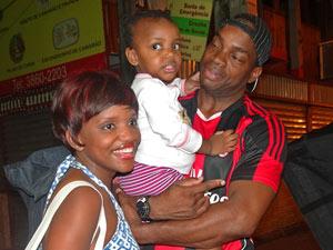 Mary Sheila com a família (Foto: Aquele Beijo/TV Globo)