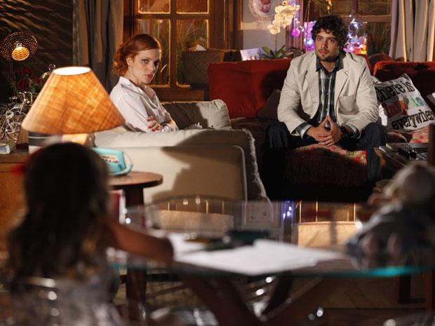 Nanda e Rodrigo ficam preocupados com a tristeza de Júlia (Foto: A Vida da Gente - Tv Globo)