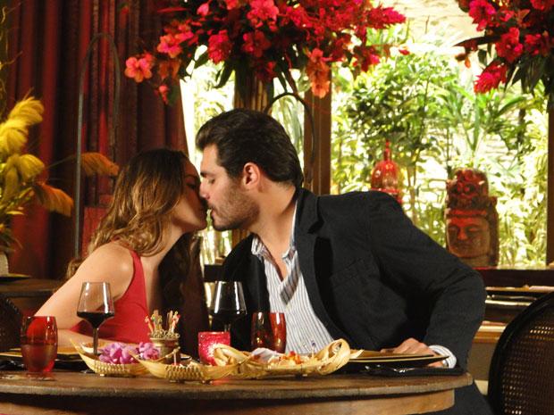 Ana e Lúcio se beijam pela primeira vez