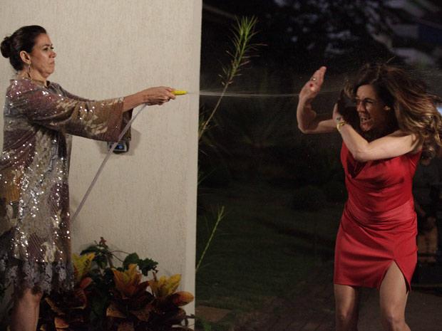 Griselda dá banho de mangueira em Tereza Cristina: 'Para apagar seu fogo'