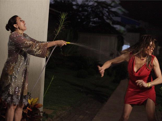 A perua fica encharcada (Foto: Fina Estampa / TV Globo)