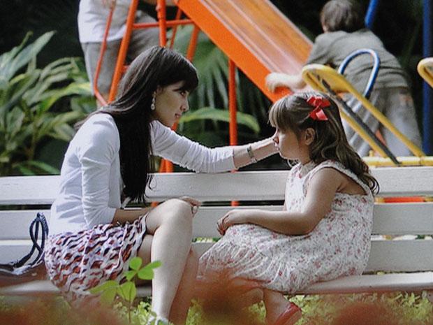 Júlia pede para ir com Manu para Florianópolis (Foto: A Vida da Gente - Tv Globo)