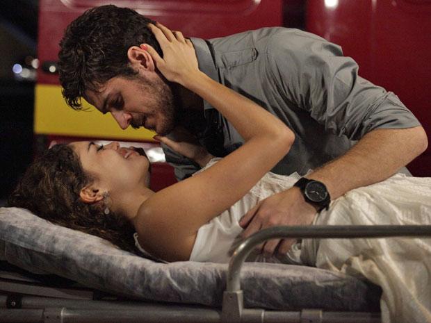 Após salvá-la do incêndio, Rafael reconquista Amália (Foto: Fina Estampa / TV Globo)