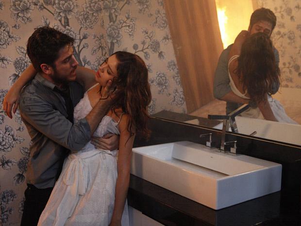 Rafa invade a mansão e consegue entrar no banheiro onde está Amália (Foto: Fina Estampa/TV Globo)