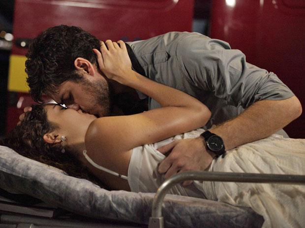 Apaixonados, eles se beijam (Foto: Fina Estampa / TV Globo)