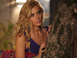 Teodora segue a dupla e fica de olho (Foto: Fina Estampa / TV Globo)