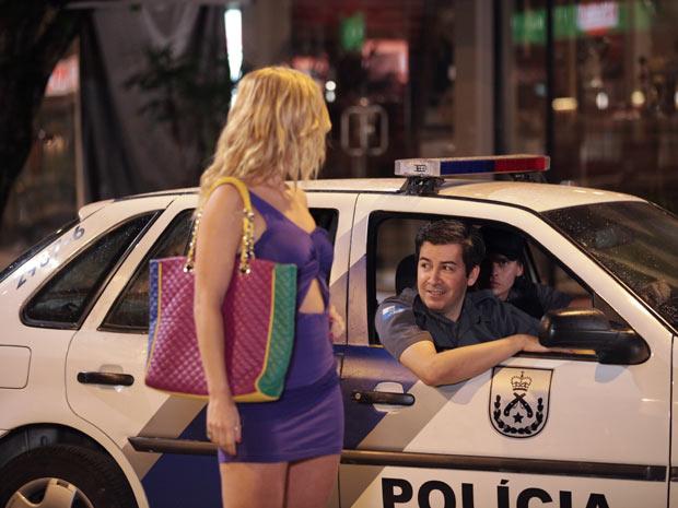 A loira despista os policiais (Foto: Fina Estampa / TV Globo)