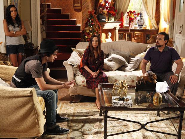 Agenor conta para a família que vai ser pai e se casar com Belezinha (Foto: Aquele Beijo / TV Globo)