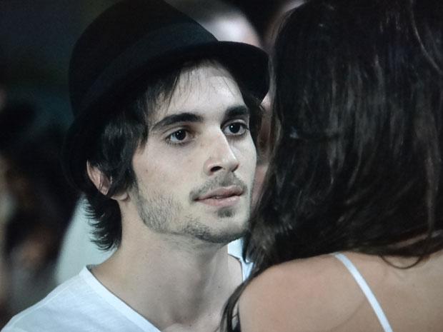 Agenor descobre que vai ser pai e fica sem reação (Foto: Aquele Beijo / TV Globo)