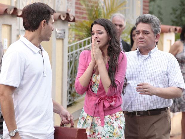 Belezinha se desespera com a saúde de sua mãe (Foto: Aquele Beijo / TV Globo)