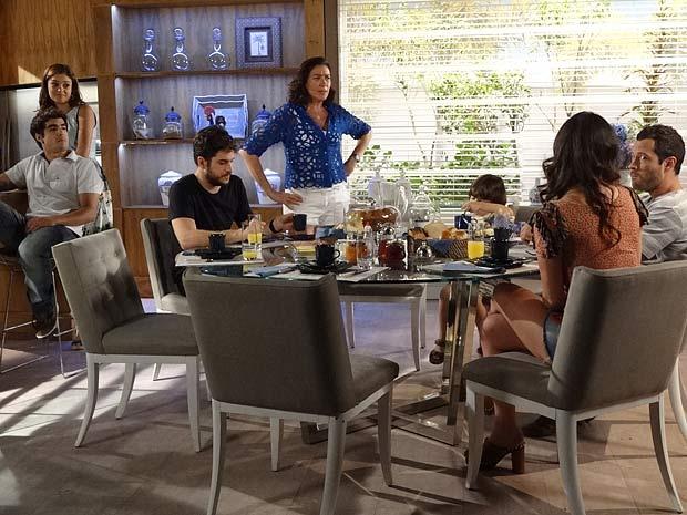Griselda fala sobre casamento de Amália e Rafael (Foto: Fina Estampa / TV Globo)