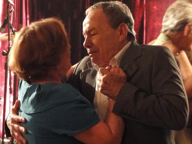 Abalado com a doença, Laudelino acha que a vida está por um fio (Foto: A Vida da Gente/TV Globo)
