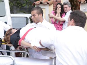 Íntima é levada para o hospital de maca (Foto: Aquele Beijo / TV Globo)