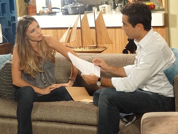 Vicente mostra a Lucena os documentos que provam que ela ainda está casada com Juan (Foto: Aquele Beijo / TV Globo)