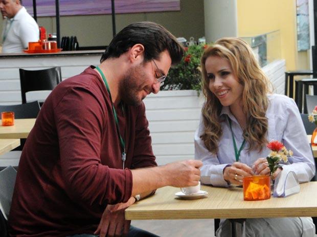 Empolgado, o médico revela a amiga que Ana está disposta a tentar (Foto: A Vida da Gente/TV Globo)