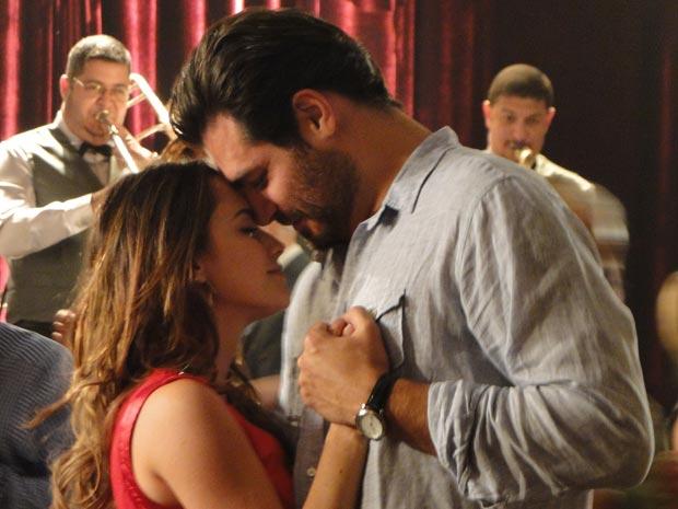 Clima de romance entre Lúcio e Ana durante o baile (Foto: A Vida da Gente/TV Globo)