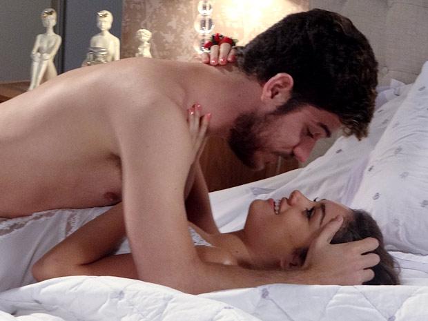 Apaixonados, Rafael e Amália fazem amor (Foto: Fina Estampa / TV Globo)