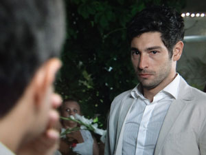 Rubinho olha o rival, furioso (Foto: Aquele Beijo / TV Globo)