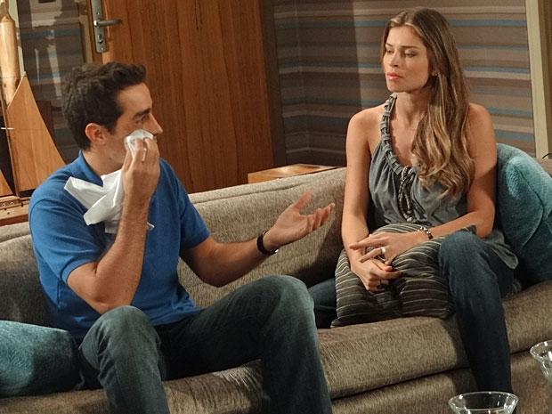 Vicente se justifica para Lucena, que não gosto muito da história (Foto: Aquele Beijo / TV Globo)