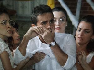 Vicente fica em choque após levar um soco (Foto: Aquele Beijo / TV Globo)