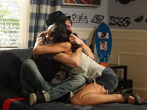 Irmãos se emocionam (Foto: Aquele Beijo/TV Globo)