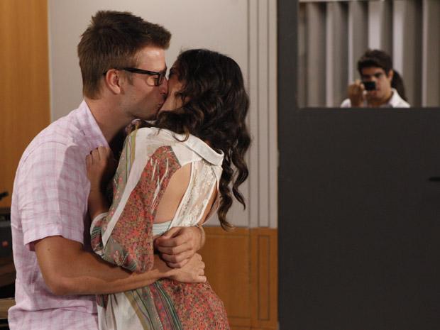 Antenor pega os dois se beijando na sala de aula (Foto: Fina Estampa/TV Globo)