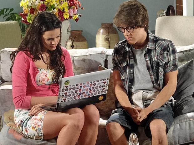 Orlandinho e Belezinha conversam sobre a relação dos dois (Foto: Aquele Beijo/TV Globo)