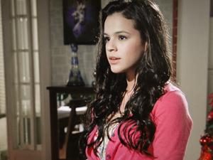 Belezinha fica revoltada (Foto: Aquele Beijo/TV Globo)