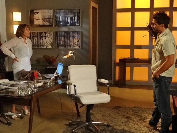 Danielle deixa Enzo falando sozinho quando ele fala em relacionamento sério (Foto: Fina Estampa/TV Globo)