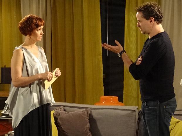 Paulo faz a proposta a Esther (Foto: Fina Estampa/TV Globo)