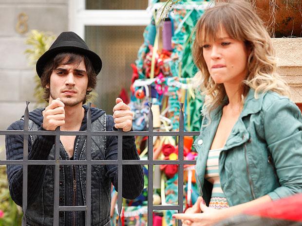 Brigitte vai até a Shunel para conversar com Agenor (Foto: Aquele Beijo/TV Globo)