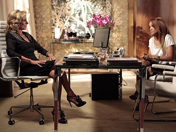 Maruschka propõe sociedade para Grace Kelly (Foto: Aquele Beijo/TV Globo)