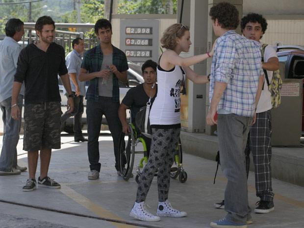 Moisés dá um sorriso sarcástico e mente para Gabriel jefferson dieguinho babi ziggy (Foto: Malhação / TV Globo)
