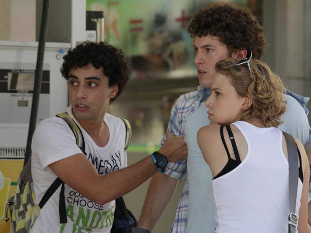 Gabriel fica revoltado, e Ziggy e Babi tentam acalmá-lo (Foto: Malhação / TV Globo)