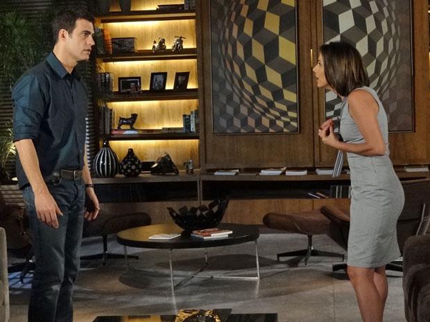 Juan tenta se explicar diante de Letícia (Foto: Fina Estampa/TV Globo)