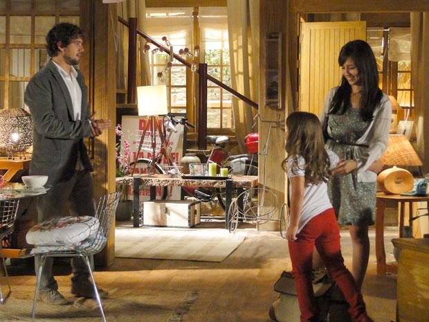 Rodrigo deixa a casa para Manu e Júlia e vai visitar Nanda (Foto: A Vida da Gente - TV Globo)