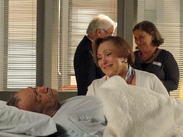 Iná se alegra com o retorno de Laudelino após operação (Foto: A Vida da Gente / TV Globo)