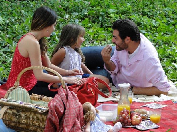 Piquenique consegue ser divertido com a ajuda de Lúcio (Foto: A Vida da Gente/TV Globo)